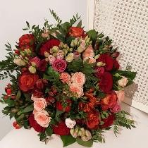 Ziedu pušķis no rozēm, lizantēm un alstromērijām. Piegāde Rīgā