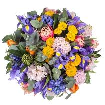 Hiacintes un tulpes ziedu pušķī