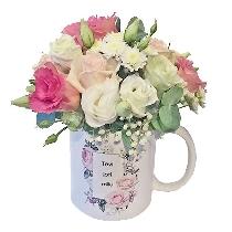 """Romantiska ziedu kompozīcija krūzītē ar uzrakstu """"Tevi ļoti mīlu"""""""