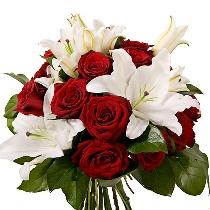 Ziedi: Kvēli sarkanas rozes un samtaini baltas lilijas