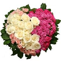 Rožu pušķis sirds formā no baltām un rozā rozēm